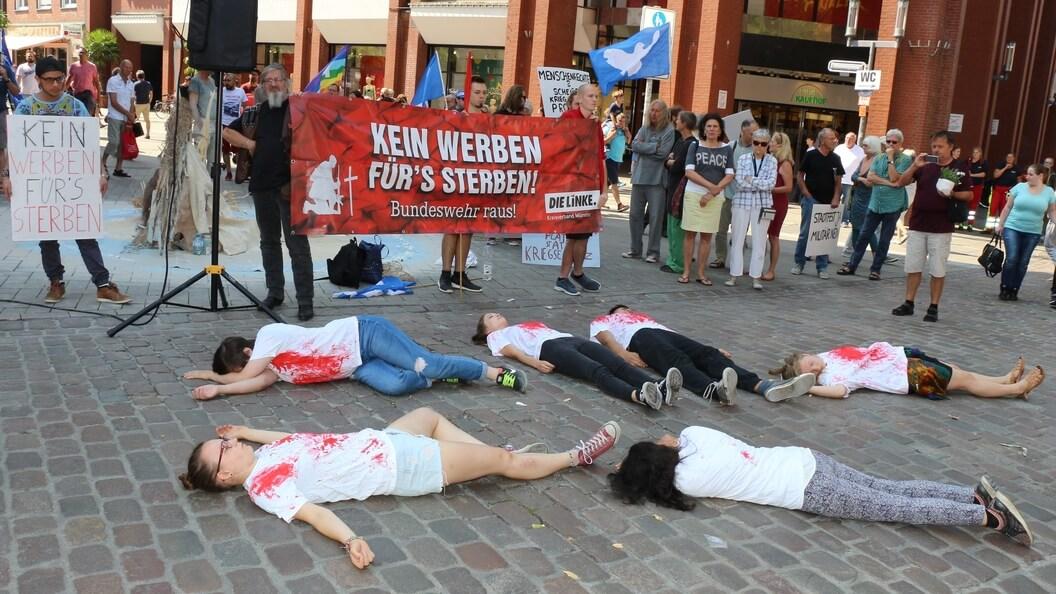 """Flashmob mit """"Leichen"""" gegen das Konjunkturpaket Krieg"""