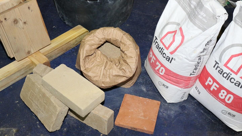 Kalk oder Lehm werden mit Hanfschäben gemischt – leichte oder wie hier schwere Hanfsteine